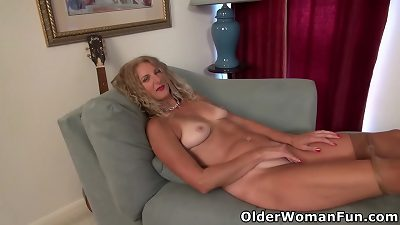 USA Mom-I-would-Like-to-Fuck Lauren fuck stick pokes her mature honeypot
